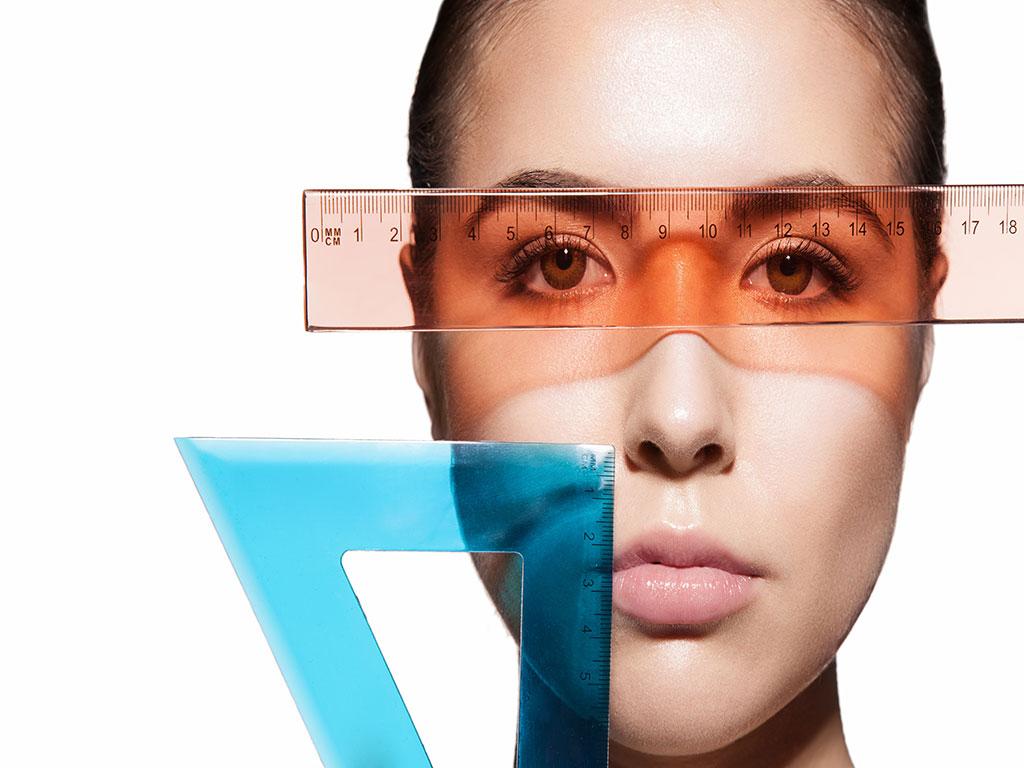 פנים של אישה וסרגלים למדידה